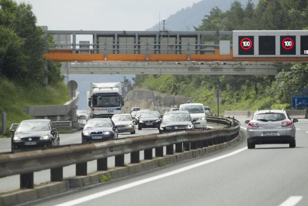 Osobné autá by na Slovensku mohli platiť elektronické mýto.