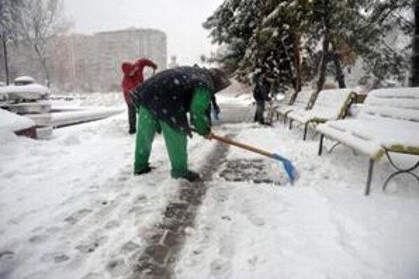 Rumuni bojujú so snehovou nádielkou.