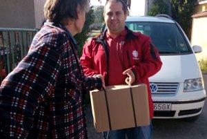 Libor Kyška roznáša potravinové baličky od polovice septembra.