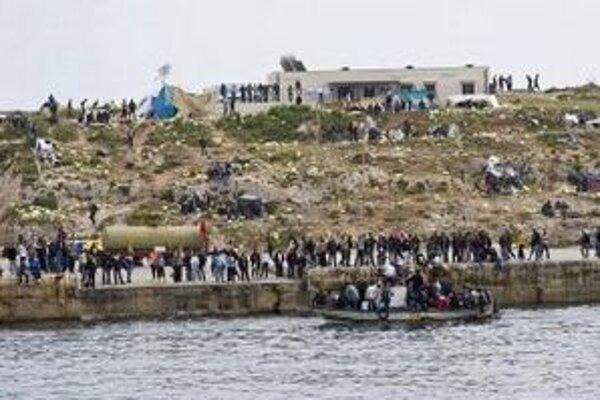Africkí imigranti pri ostrove Lampedusa.