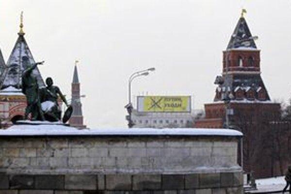 Odporcovia Putina vztýčili naproti Kremľu veľký transparent vyzývajúci na jeho odchod z politiky.