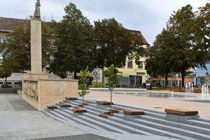 """Kategória: Exteriér, Obnova časti Námestia slobody, Prievidza, Projekt vychádza z víťazného návrhu autorov vo verejnej anonymnej súťaži. Zámerom mesta bolo oživiť """"hornú"""" časť námestia fontánou a prilákať tak ľudí opäť do centra mesta. Fontánu svojím stvárnením vytvára jeden prvok, aj keď ju architekti rozdelili do viacerých zón."""