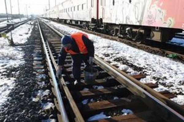 Vplyvom silných mrazov zamŕzajú železničiarom výhybky a kvapaliny v rušňoch.