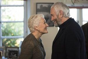 Glenn Close a Jonathan Pryce vo filme The Wife.