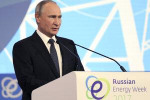 Vladimir Putin počas prejavu na Ruskom energetickom víkende v Moskve.