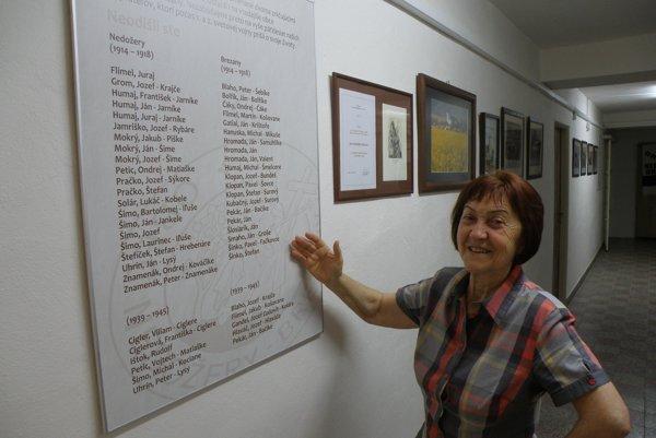 Eva Kucharovičová ukazuje mená ľudí z Nedožier-Brezian, ktorí padli vo vojnách.