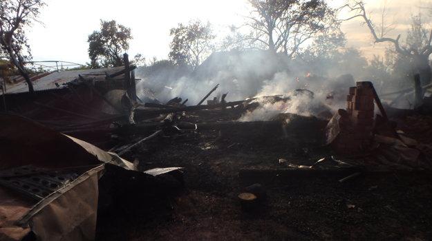 Zhorená stodola.