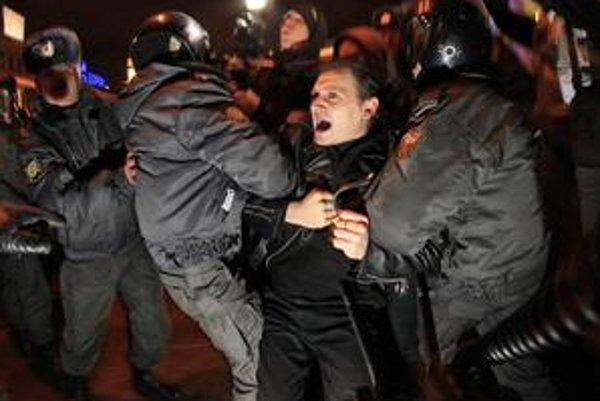 V Moskve a Petrohrade zatkli počas včerajších parlamentných volieb 130 protestujúcich aktivistov. Rusi volili Putinovu stranu.