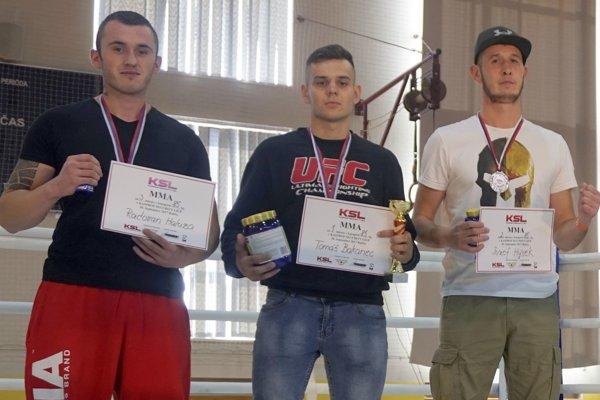 V zmiešanom bojovom umení sa zOravcov postavil na stupne pre víťazov iba Tomáš Bakanec (v strede).
