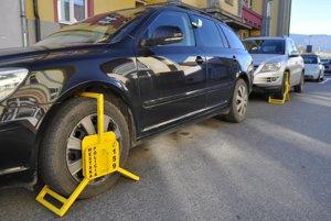 Vhodiť pár mincí do parkovacieho automatu by vyšlo lacnejšie.