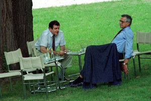 Vladimír Mečiar a Václav Klaus rozdeľujú federáciu v záhrade vily Tugendhat v Brne.