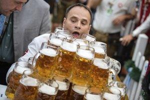 Víťaz svetového rekordu v nosení 27 pollitrákov piva - Oliver Struempfel.