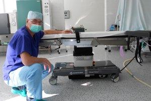 V krompašskej nemocnici operujú na novom operačnom stole.