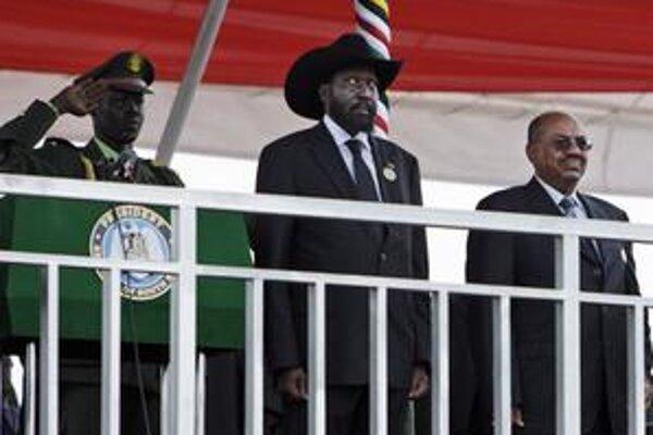 Oslavovalo sa živelne v uliciach aj oficiálne. Bok po boku stáli i bývalí úhlavní nepriatelia – sudánsky prezident Bašír (vpravo) a prezident nového štátu Salva Kiir.