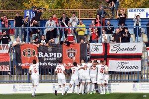 Futbalisti Trnavy sa radujú so svojimi fanúšikmi po jednom z gólov.