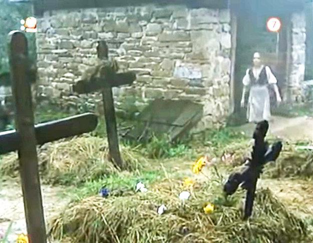Záber zfilmu Zuzanka Hraškovie na dočasný cintorín voravskom skanzene.