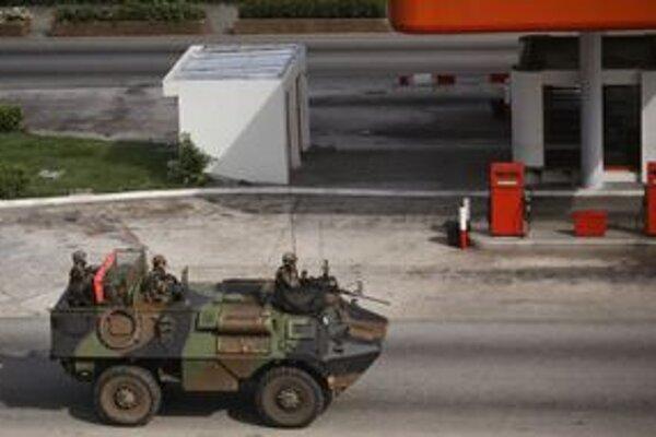 Francúzi na obrnenom vozidle v uliciach Abidjanu.