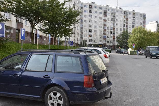 Parkovacie plochy na sídlisku Kýčerka.