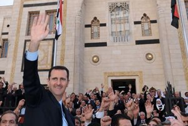 Prezident Asad máva svojim stúpencom.