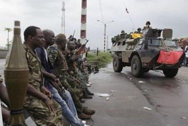 Ouattarovi vojaci sledujú príchod síl OSN.
