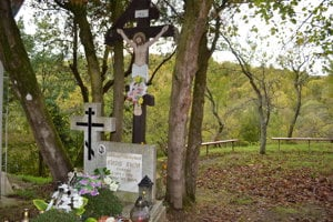 Hrob a drevený kríž. Zhotovil ho igumen Ignatij.