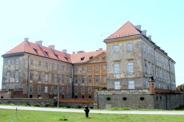Záhrady Holíčskeho zámku čakajú úpravy.
