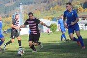 Peter Paulovič (pri lopte) strelil prvý gól Blatničanov.