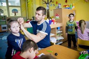 Deti v Kozárovciach sa tetovania pána učiteľa neboja. Ten sa naopak nebojí zapletania vrkočov.