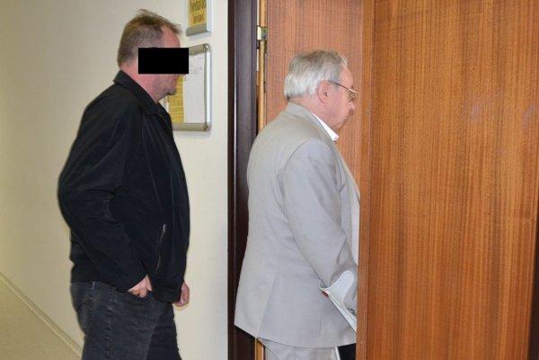 Bývalý starosta (vľavo) so svojim obhajcom.