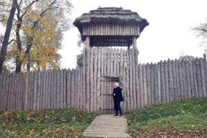 Na snímke riaditeľka Krajského múzea v Prešove Mária Kotorová pri bráne do archeoparku.