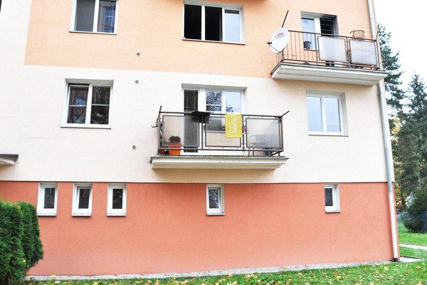 Muž vyskočil z balkóna na druhom poschodí.