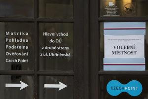 Na snímke vchod do volebnej miestnosti v českej obci Průhonice.