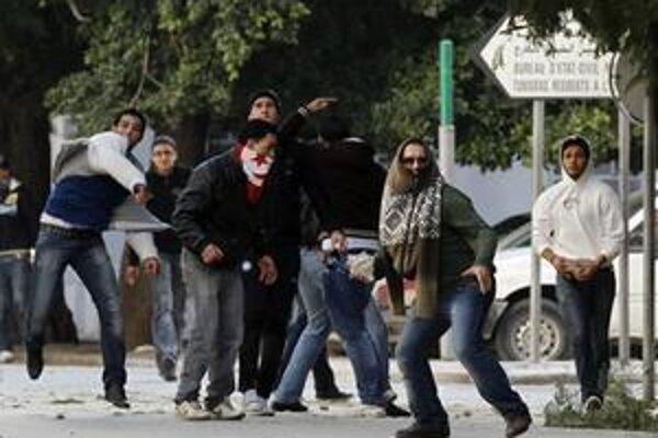 Demonštranti hádžu kamene do policajtov v hlavnom meste.