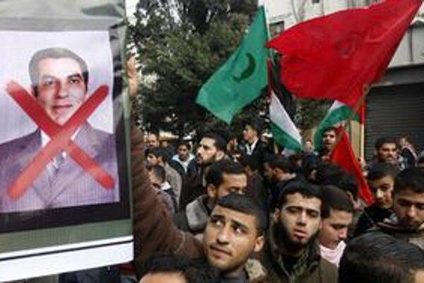 Demonštranti s fotografiou tuniského prezidenta.