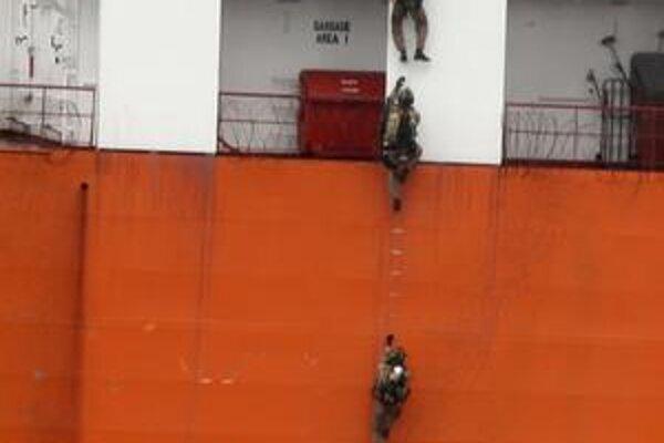 Somálski piráti sútočia ďalej od pobrežia ako kedysi. Britskú loď napadli začiatkom januára tohto roku vyše tristo námorných míľ od Ománu. Na snímke ju zachraňujú austrálske bezpečnostné sily.