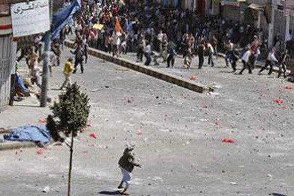 Opoziční demonštranti sa dostali aj do stretov s prívržencami vlády.
