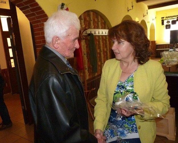 Starostka obce Skalité Andrea Šimurdová blahoželá Antonovi Jašurkovi, ktorý v auguste oslávil 90 rokov