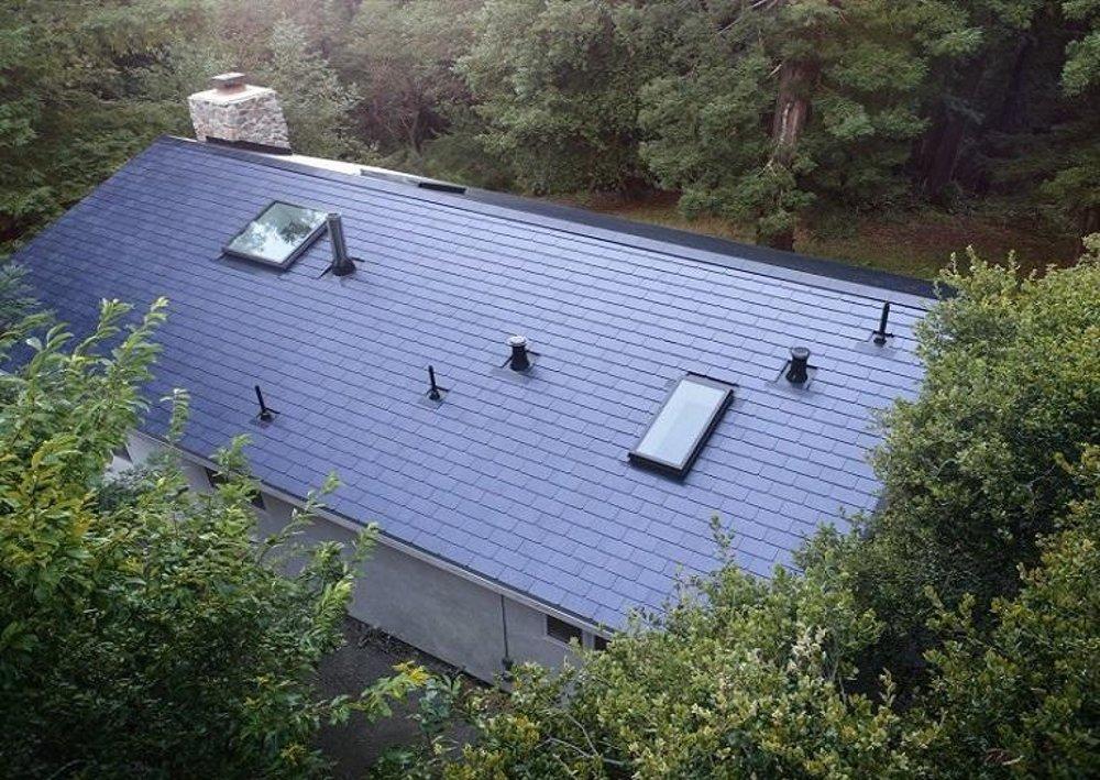 Prvé solárne škridly si na dom nainštaloval Elon Musk a iní zamestnanci  firmy Tesla. 4e709320bdc