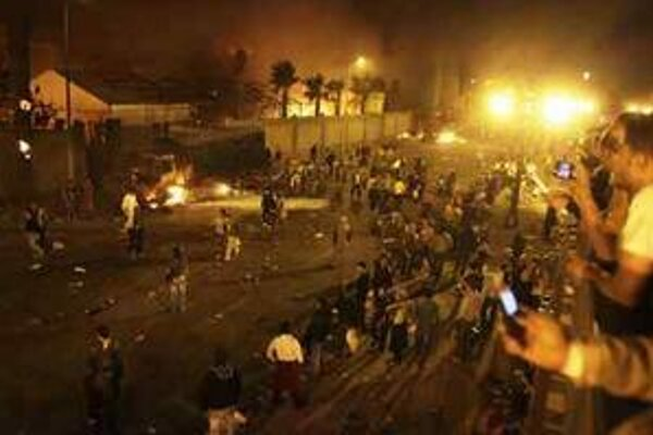 Demonštranti v Egypte podpálili budovu Mubarakovej dlhoročnej vládnucej strany NDP.