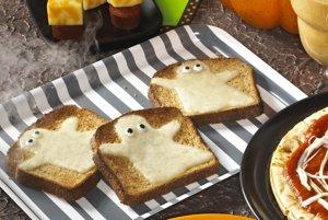 Obyčajný toast so syrom? Kdeže, na Halloween sa hodí skôr toast s duchmi.