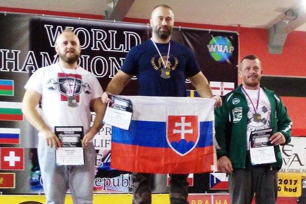 Peter Lincmaier (v strede) vystúpil v Prahe na najvyšší stupienok.