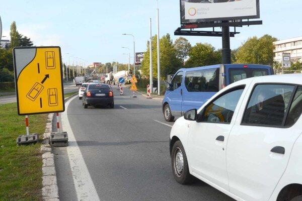 Mätúca značka posiela vodičov na uzavretú časť cesty.
