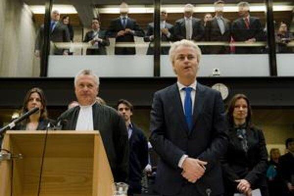 Wilders stojí pred súdom za šírenie neznášanlivosti, od februára s vymenenými sudcami. Proces využíva vo svoj prospech.