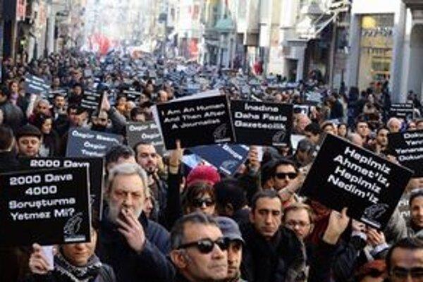 Štrajk žurnalistov na námestí Taxim v Istanbule.