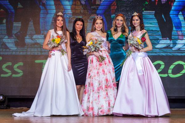 Zľava: prvá vicemiss Mária Lacková, organizátorka Eugénia Bačová, miss Tereza Turzová, organizátorka Lucia Fabová a druhá vicemiss Nikoleta Žáčiková.