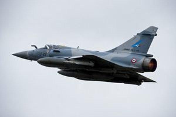 Francúzske stroje Mirage 2000 vzlietajú nad Líbyu zo základne v Dijone.