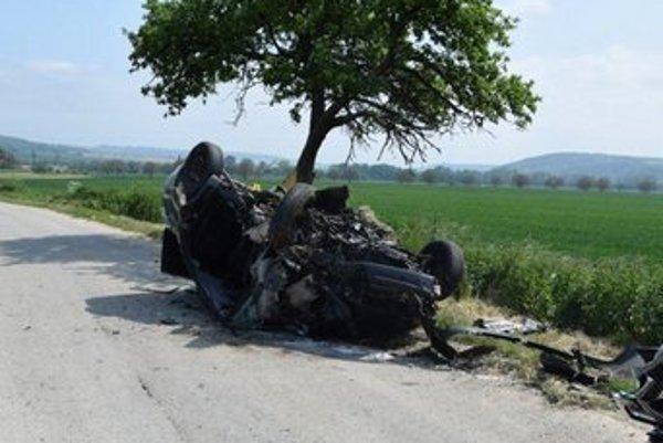 Obe autá ostali zdemolované.