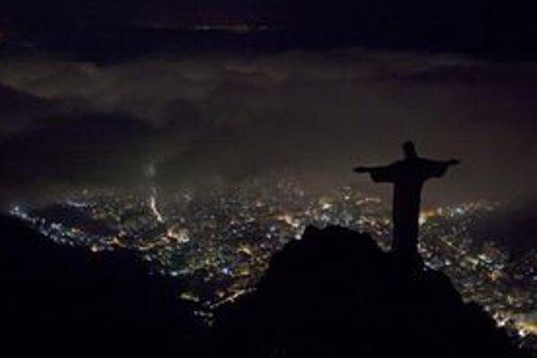 Neosvetlená socha Krista brazílskom Riu.