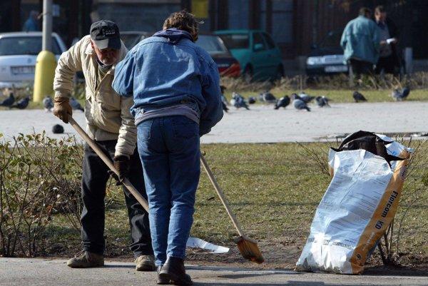 Nezamestnaní v Malinovej upratujú verejné priestranstvá.