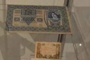 Najväčšia a najmenšia bankovka v zbierkach Gemersko - malohontského múzea.